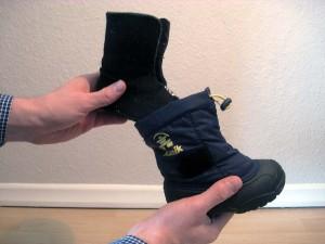 Der Innenschuh wird aus dem Stiefel genommen, damit man leichter messen kann.